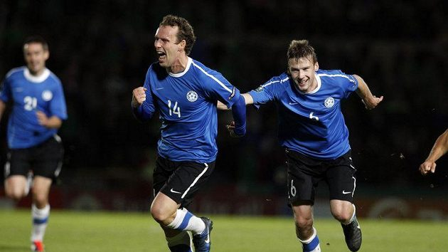 Estonec Konstantin Vassiljev slaví se spoludhráčem Alexanrem Dmitrijevem gól proti Severnímu Irsku v kvalifikaci o postup na EURO 2012.