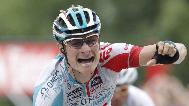 Německý cyklista Andre Greipel oslavuje triumf v 10. etapě Tour de France.