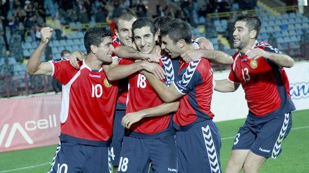 Fotbalisté Arménie oslavují vítězný gól v kvalifikačním duelu se Slovenskem.