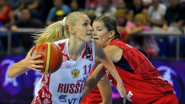 Eva Vítečková (vpravo) se snaží zastavit Marii Stěpanovovou z Ruska