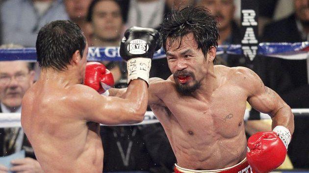 Manny Pacquiao zasazuje úder Juanu Manuelu Márquezovi.
