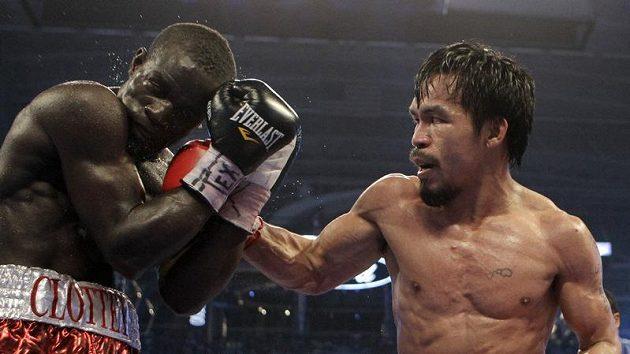 Boxer Manny Pacquiao zasazuje úder Joshuovi Clotteymu.