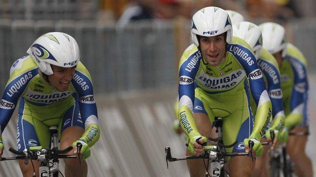 Vincenzo Nibali (vpravo) se svým týmem