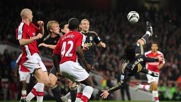 Alberto Aquilani z Liverpoolu (vpravo) střílí na branku Arsenalu ve 4. kole Carling Cupu. (ilustrační foto)