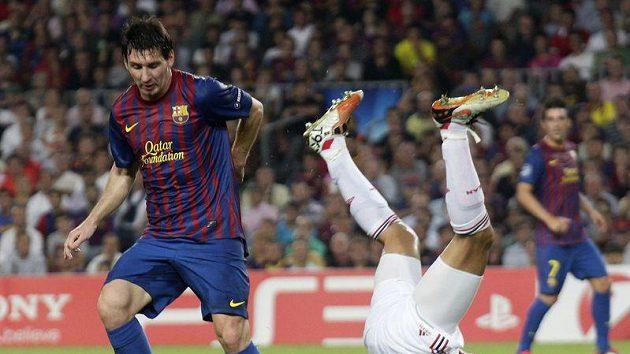 Lionel Messi (vlevo) z Barcelony a milánský Gianluca Zambrotta v úvodním utkání skupiny Ligy mistrů.