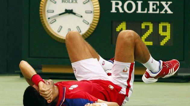 Zraněný srbský tenista Novak Djokovič leží na kurtu při daviscupovém duelu s Argentinou.