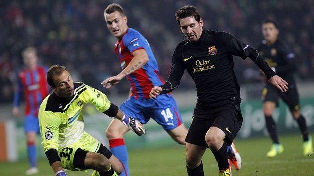 Lionel Messi z Barcelony (vlevo) obchází plzeňského brankáře Romana Pavlíka.