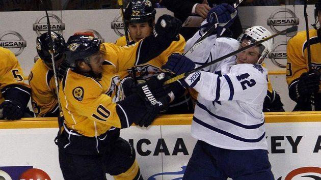 Hrdina večera Martin Erat (vlevo) bojuje u hrazení s Tylerem Bozakem s Toronta.