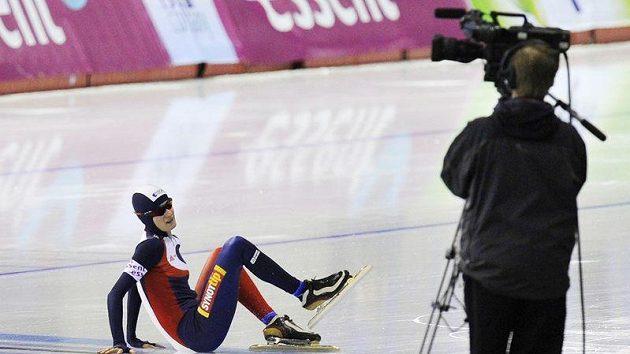 Rychlobruslařka Martina Sáblíková padá v závěrečném závodě víceboje v kanadském Calgary.