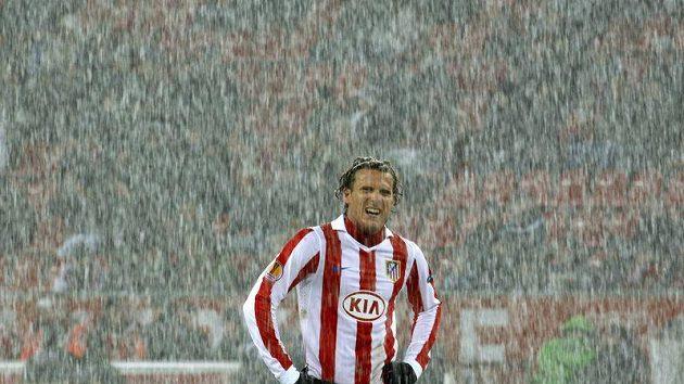 Hráč Atlétika Diego Forlán prožil v zasněženém Leverkusenu večer zmaru.