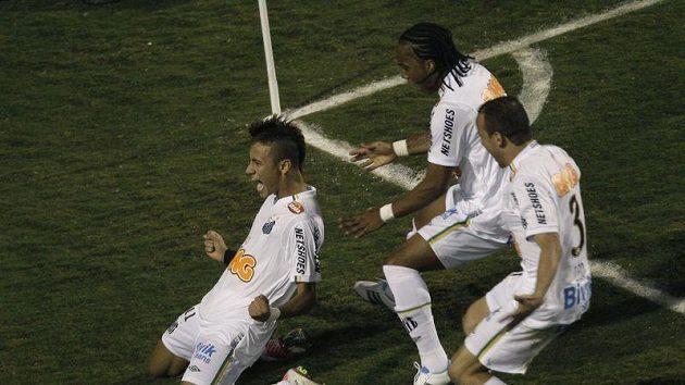 Útočník Santosu Neymar se raduje z branky