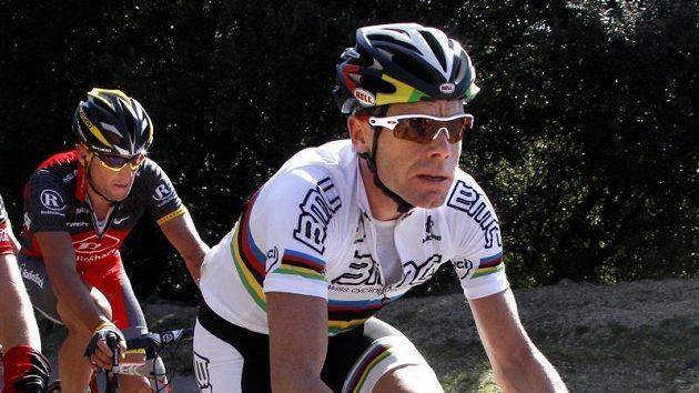 Zatímco Australan Evans (vepředu) dijel v první etapě Mezinárodního kritéria čtvrtý, Američan Armstrong skončil v poli poražených.