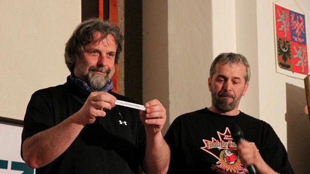 Roman Pokorný, prezident České lakrosové unie losuje týmy do základních skupin Memoriálu Aleše Hřebeského 2010
