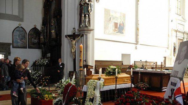 Lidé v kostele Nanebevzetí Panny Marie vzdávají čest tragicky zesnulému Janu Markovi.