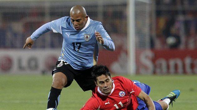 Hráč Chile Gary Medel (vpravo) přišel o míč v souboji s Egidio Arevalo Riosem z Uruguaye