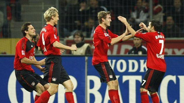 Fotbalisté Bayeru Leverkusen se radují z branky do sítě Frankfurtu.