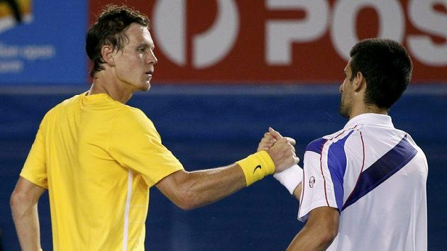 Tomáš Berdych podává ruku Novaku Djokovičovi po porážce ve čtvrtfinále Australian Open.