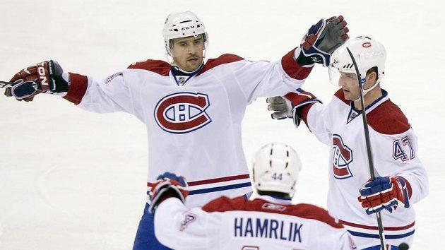 Tomáš Plekanec (vlevo) se raduje se svými spoluhráči z Montrealu Romanem Hamrlíkem a Marc-Andre Bergeronem z branky.