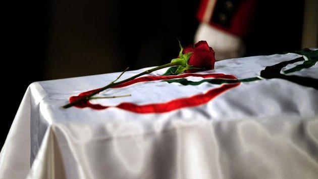 Růže na olympijské vlajce, která přikryla rakev bývalého prezidenta MOV Juana Antonia Samaranche.