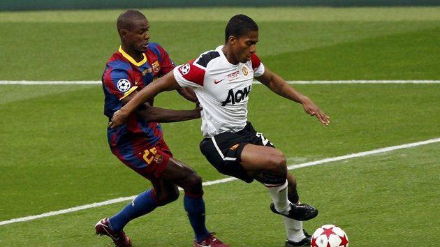 Abidal z Barcelony brání Valenciu z Manchesteru.