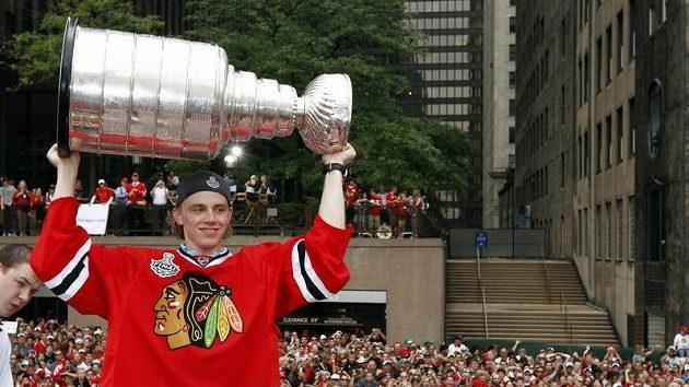 Patrick Kane ukazuje fanouškům v Chicagu Stanleyův pohár.