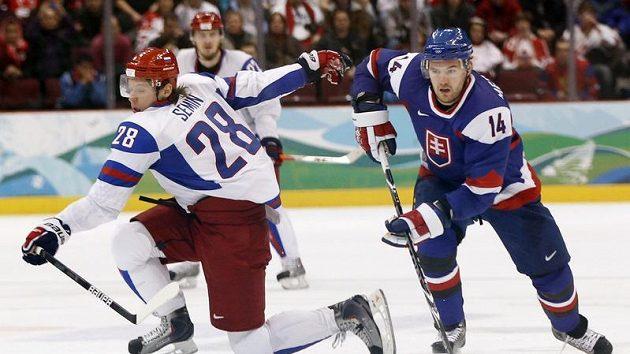 Slovenský hokejista Andrej Meszaros (vpravo) obchází Alexandra Semina z Ruska v utkání oylmpijského turnaje ve Vancouveru.