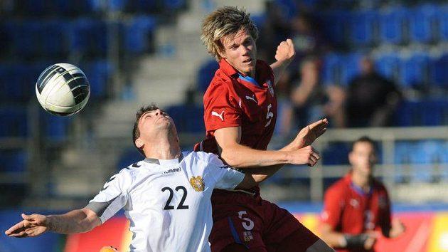 Český reprezentant do 21 let Tomáš Kalas (vpravo) bojuje o míč s Gevorgem Karapetjanem z Arménie v kvalifikaci o ME.