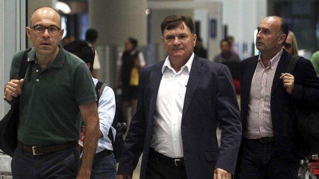 José Antonio Camacho (vlevo) na letišti v čínském Pekingu.