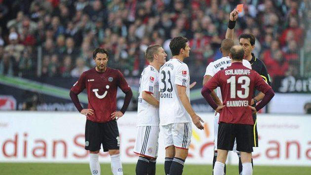 Jérome Boateng z Bayernu dostává červenou kartu v utkání v Hannoveru.