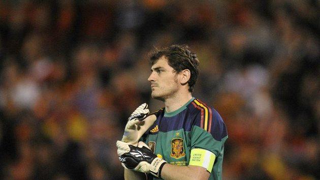 Branář Iker Casillas s páskou kapitána.
