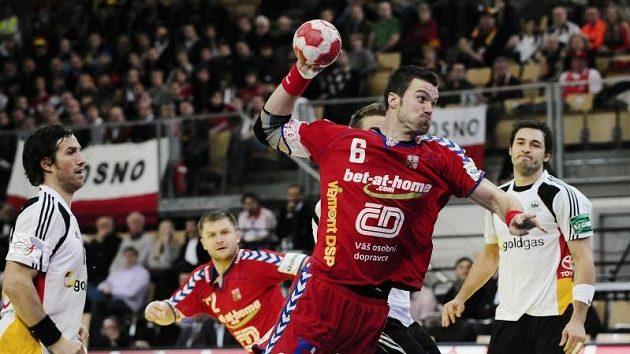 Václav Vraný při střeleckém pokusu v utkání mistrovství Evropy v házené proti Německu.