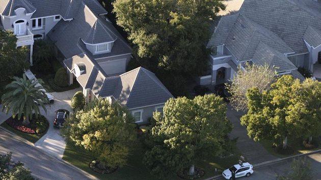 Policejní hlídka u domu Tigera Woodse na Floridě, kde slavný golfista havaroval se svým vozem.
