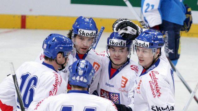 Čeští hokejisté se radují z branky do sítě Finska.