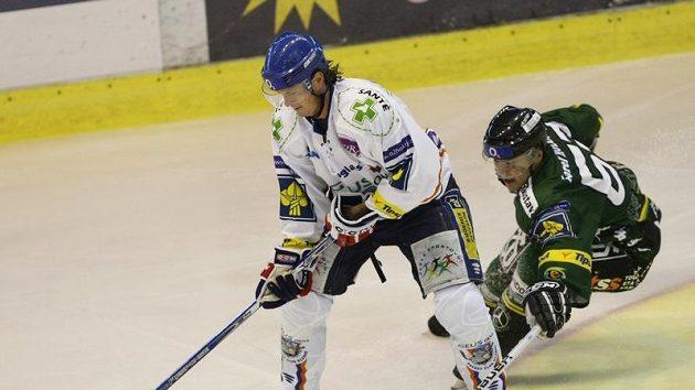 Útočník Kladna Martin Procházka (vlevo) bude svému týmu chybět pět týdnů.