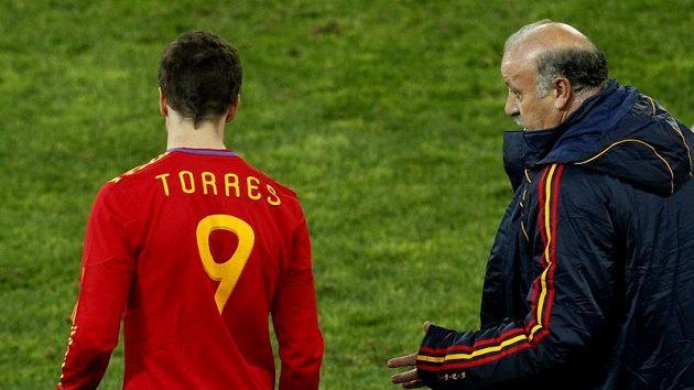 Trenér španělských fotbalistů Vicente Del Bosque (vpravo) hovoří s útočníkem Fernandem Torresem.