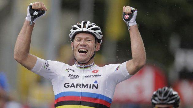 Norský cyklista Thor Hushovd oslavuje triumf v 16. etapě Tour de France.