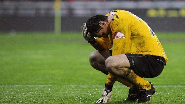 Zklamaný gólman Slavie Martin Vaniak po prohraném derby se Spartou.