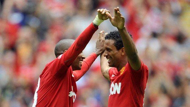 Nani (vpravo) z Manchesteru United oslavuje se spoluhráčem Youngem gól.