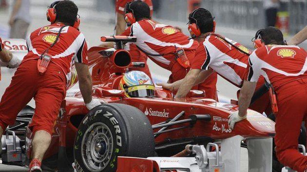 Mechanici Ferrari mají v péči vůz Fernanda Alonsa.