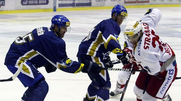 Kladenský Jaroslav Nedvěd (vlevo) atakuje slávistu Petra Jelínka.