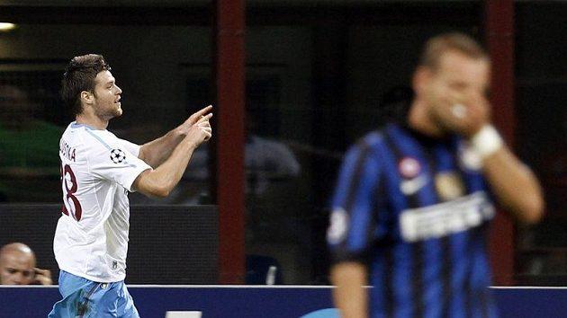 Ondřej Čelůstka z Trabzonsporu (vlevo) se raduje z branky do sítě Interu Milán.