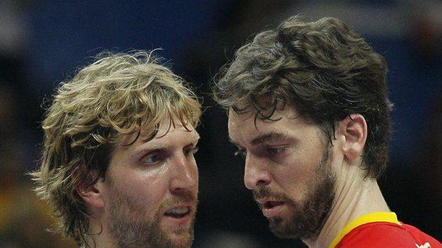 Němec Dirk Nowitzki (vlevo) a Španěl Paul Gasol