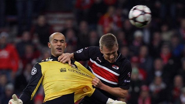 Brankář Standardu Lutych Sinan Bolat (ve žlutém) dává senzační gól do sítě Alkmaaru.