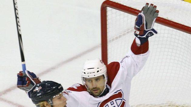 Útočník Montrealu Tomáš Plekanec (v bílém) se raduje z branky svého spoluhráče Cammalleriho proti Washingtonu. Vpravo smutný Nicklas Bäckström.