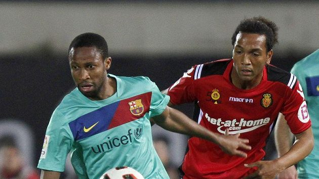 Barcelonský Seydou Keita (vlevoú bojuje o míč s Mmiliem Nsuem z Mallorky.