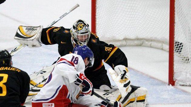 Český hokejista Ondřej Palát střílí na německého gólmana Philippa Grubauera v utkání o udržení v elitní skupině MS dvacetiletých.