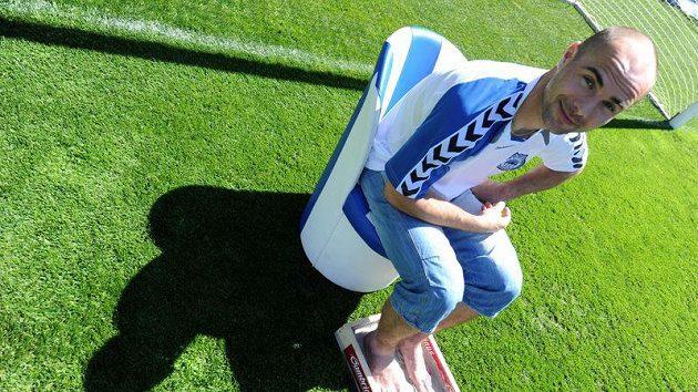 Jan Nezmar při otisku svých nohou pro výrobu plastiky po jeho vstupu do Klubu ligových kanonýrů