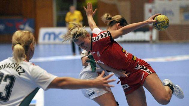 Helena Štěrbová (vpravo) a Maďarka Aniko Kovacsicsová v utkání kvalifikace na mistrovství Evropy.
