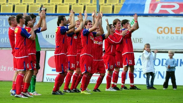 Fotbalisté Brna oslavují vítězství v Teplicích