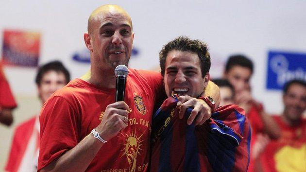 Konečně je tady, píše Pique na Twitteru. Na archivním snímku Fabregas (vpravo) v dresu Barcelony.